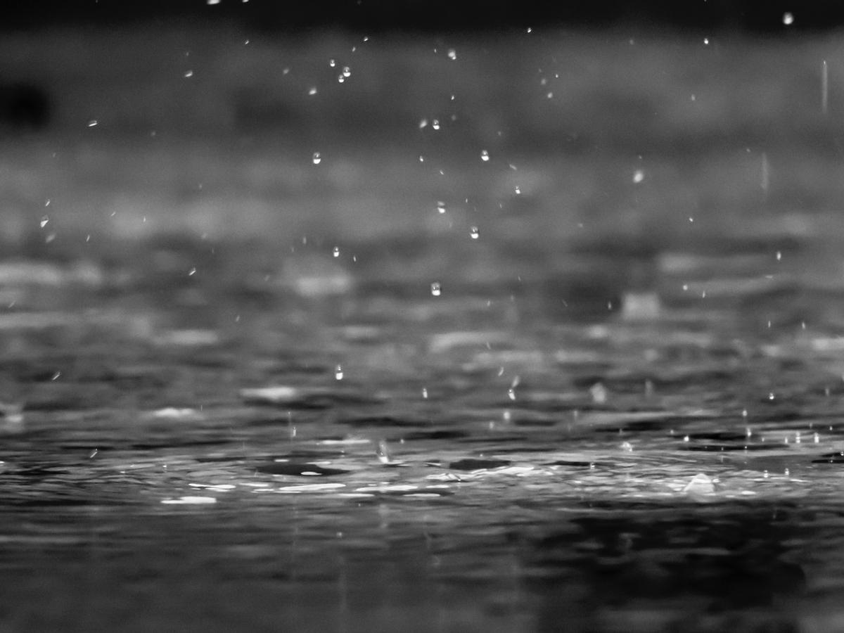 "<img src=""rain.jpg"" alt=""雨が降り止むまでは帰れない"">"