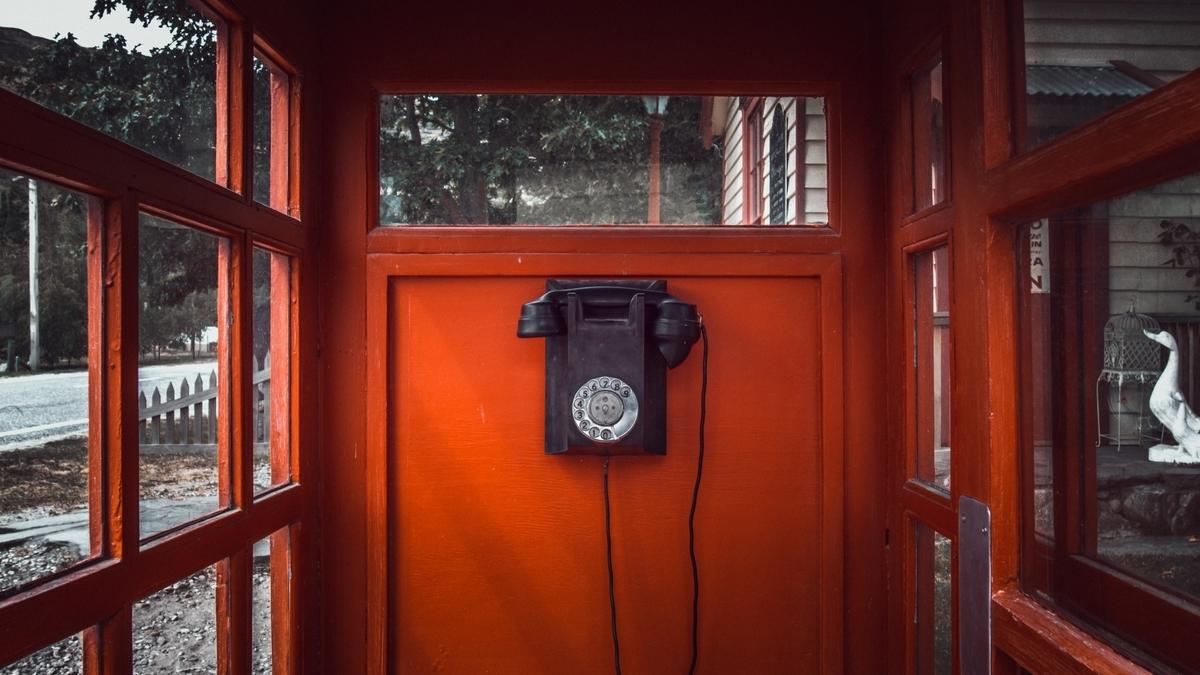 "<img src=""telephonebox.jpg"" alt=""いつでも帰ってくればいいと真夜中の公衆電話で"">"