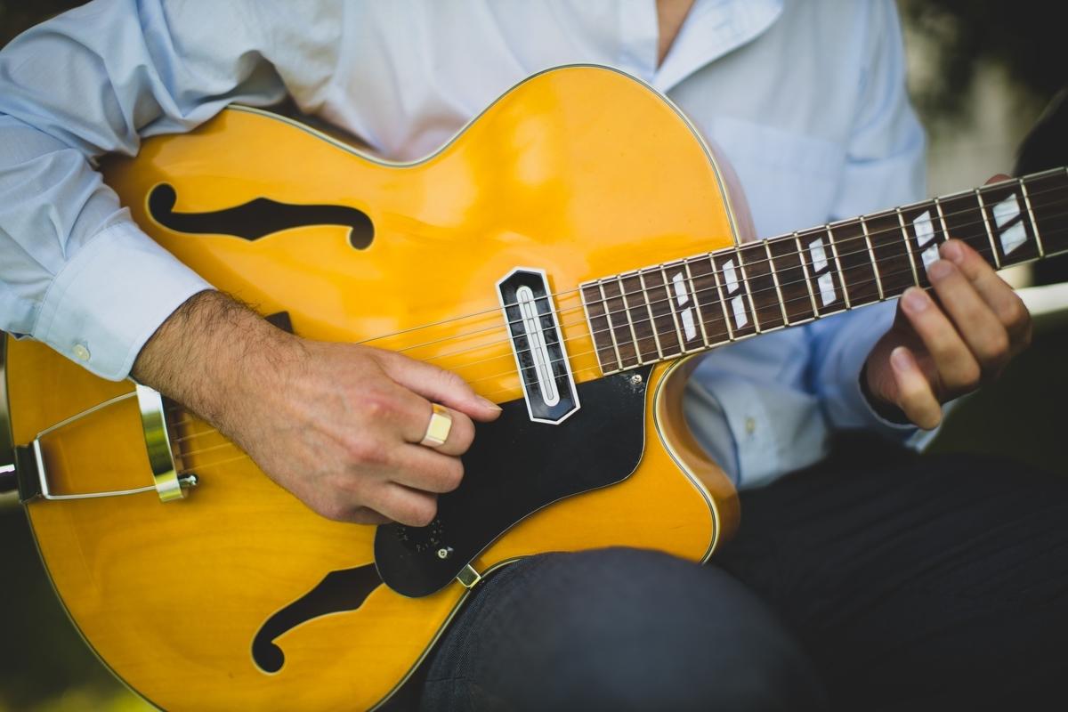 "<img src=""jazzguitar.jpg"" alt=""ジャズギター"">"