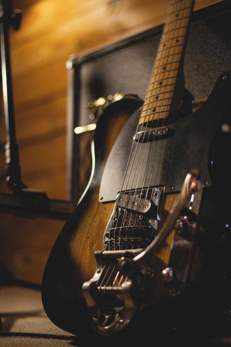 """<img src=""""guitar.jpg"""" alt=""""ソリッドギターでジャズのセッションへ"""">"""