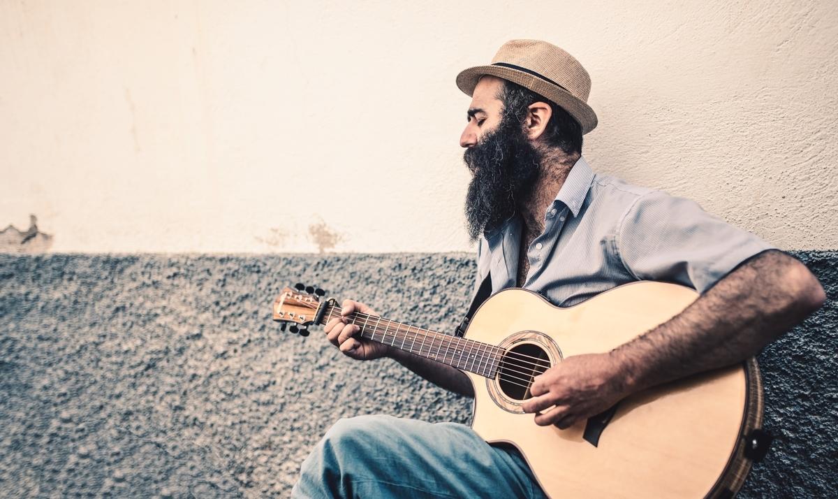 "<img src=""guitar.jpg"" alt=""ギターを弾く人"">"