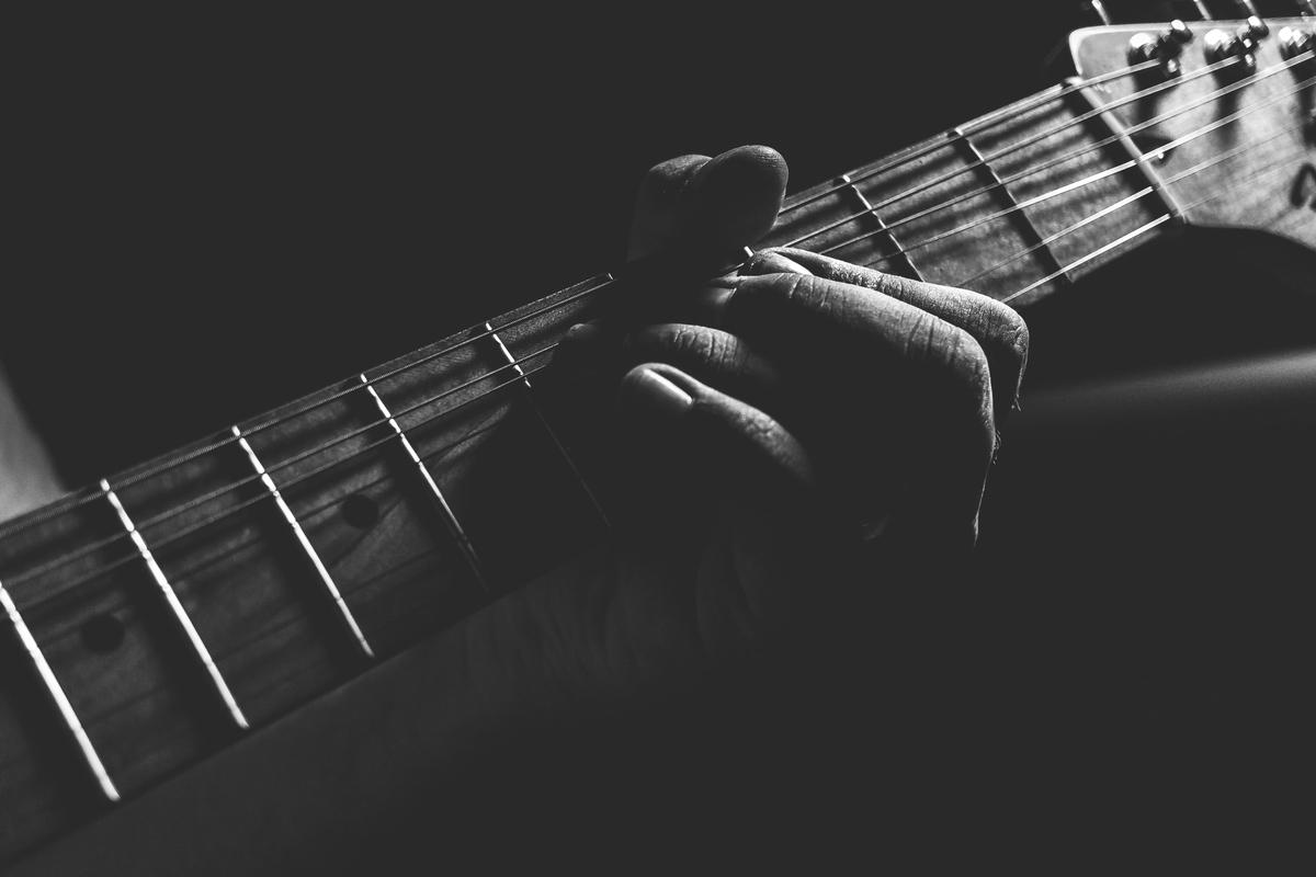 "<img src=""jazzguitar.jpg"" alt=""ジャズギターらしい演奏"">"
