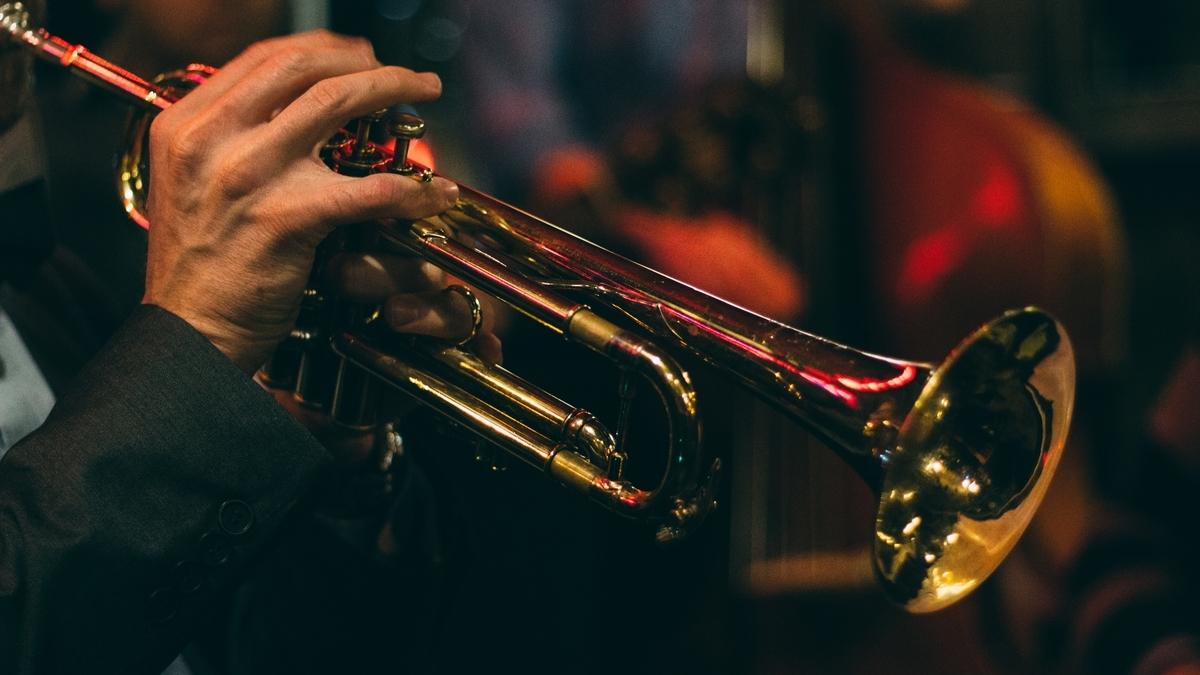 "<img src=""trumpet.jpg"" alt=""マイルス・デイビスのトランペットをどう感じるか"">"