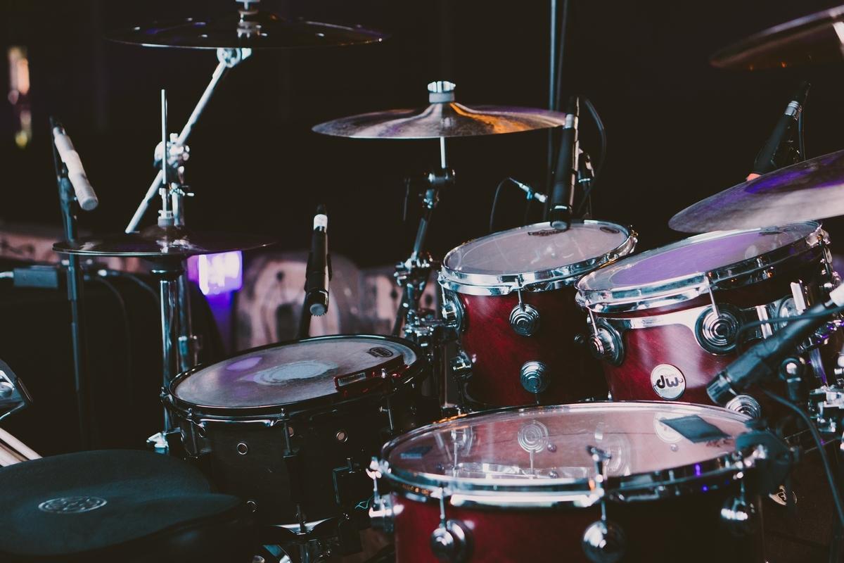 """<img src=""""drum.jpg"""" alt=""""ジャズのドラムを聴く"""">"""