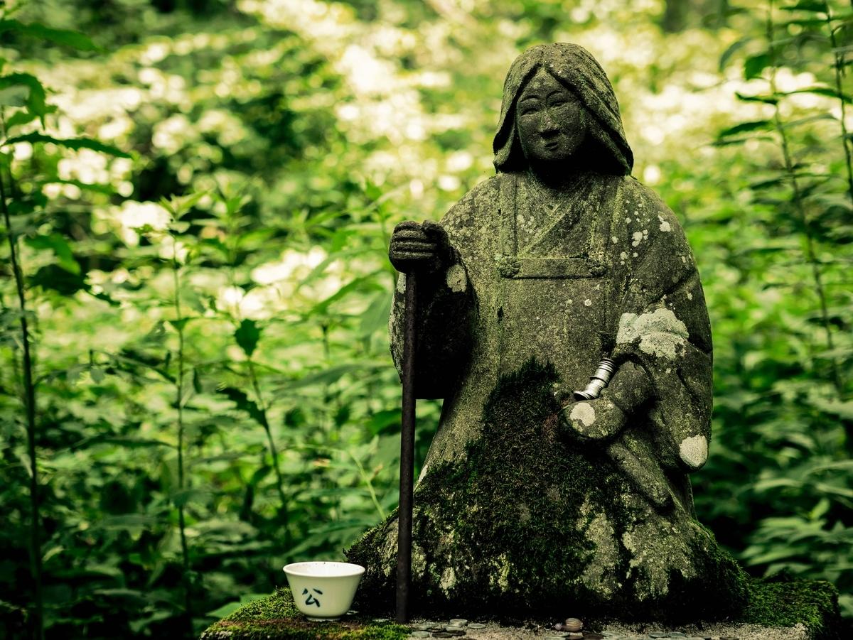 "<img src=""statue.jpg"" alt=""日本の古い像"">"