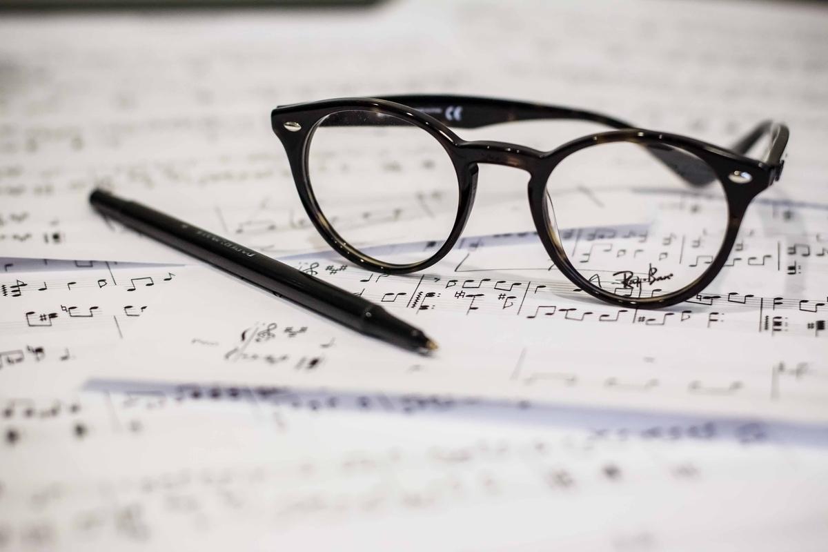 "<img src=""composerk.jpg"" alt=""あの曲の作曲家って誰?"">"