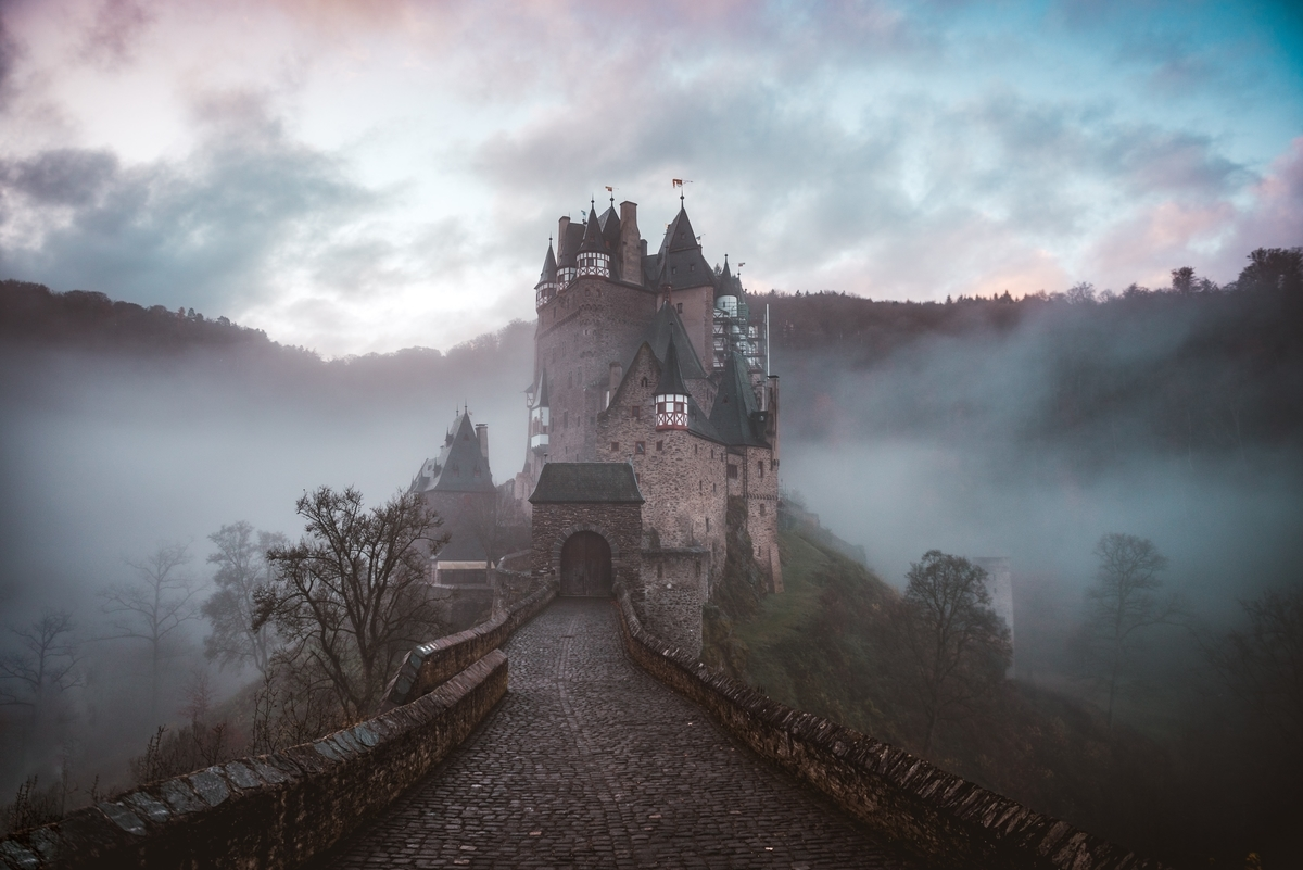 "<img src=""castle.jpg"" alt=""ファンタジーの世界"">"
