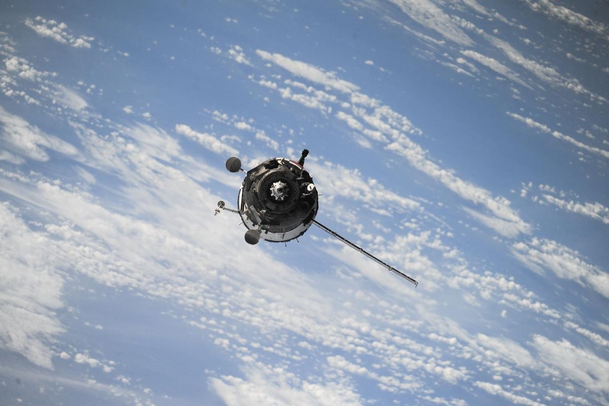 """<img src=""""satellite.jpg"""" alt=""""宇宙に浮かぶ人工衛星"""">"""