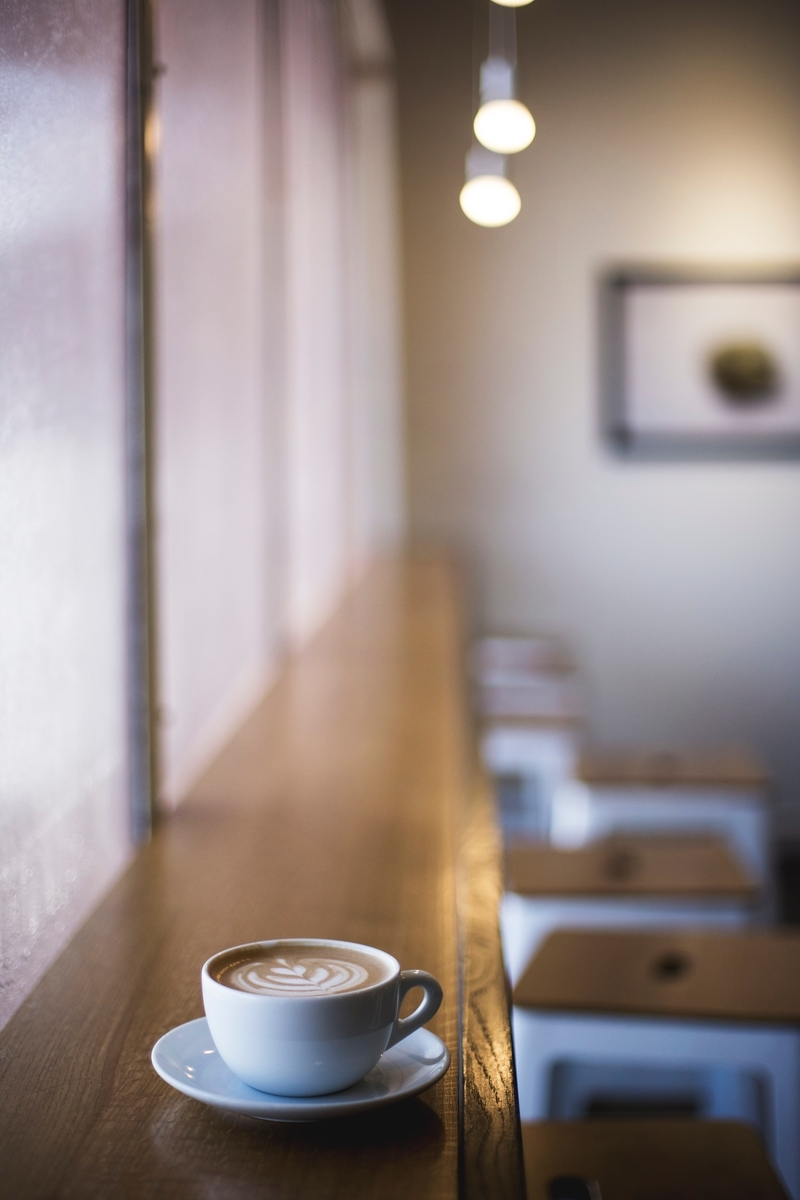 "<img src=""cafe.jpg"" alt=""カフェにて議論する人"">"