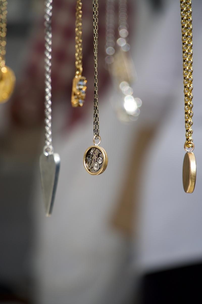 "<img src=""jewelry.jpg"" alt=""宝石商リチャード"">"