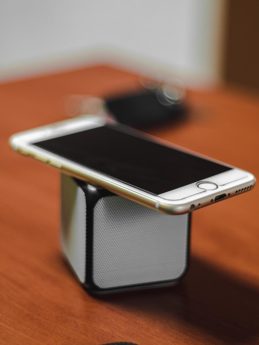 "<img src=""iphone.jpg"" alt=""iphoneで音楽を聞く"">"