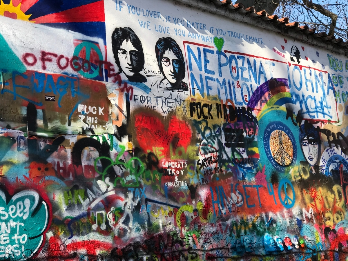 "<img src=""beatles.jpg"" alt=""ビートルズの革命"">"
