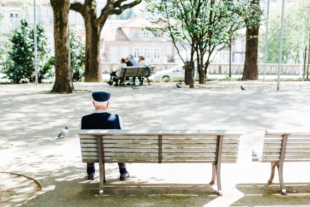 """<img src=""""oldman.jpg"""" alt=""""ベンチに座る老人"""">"""