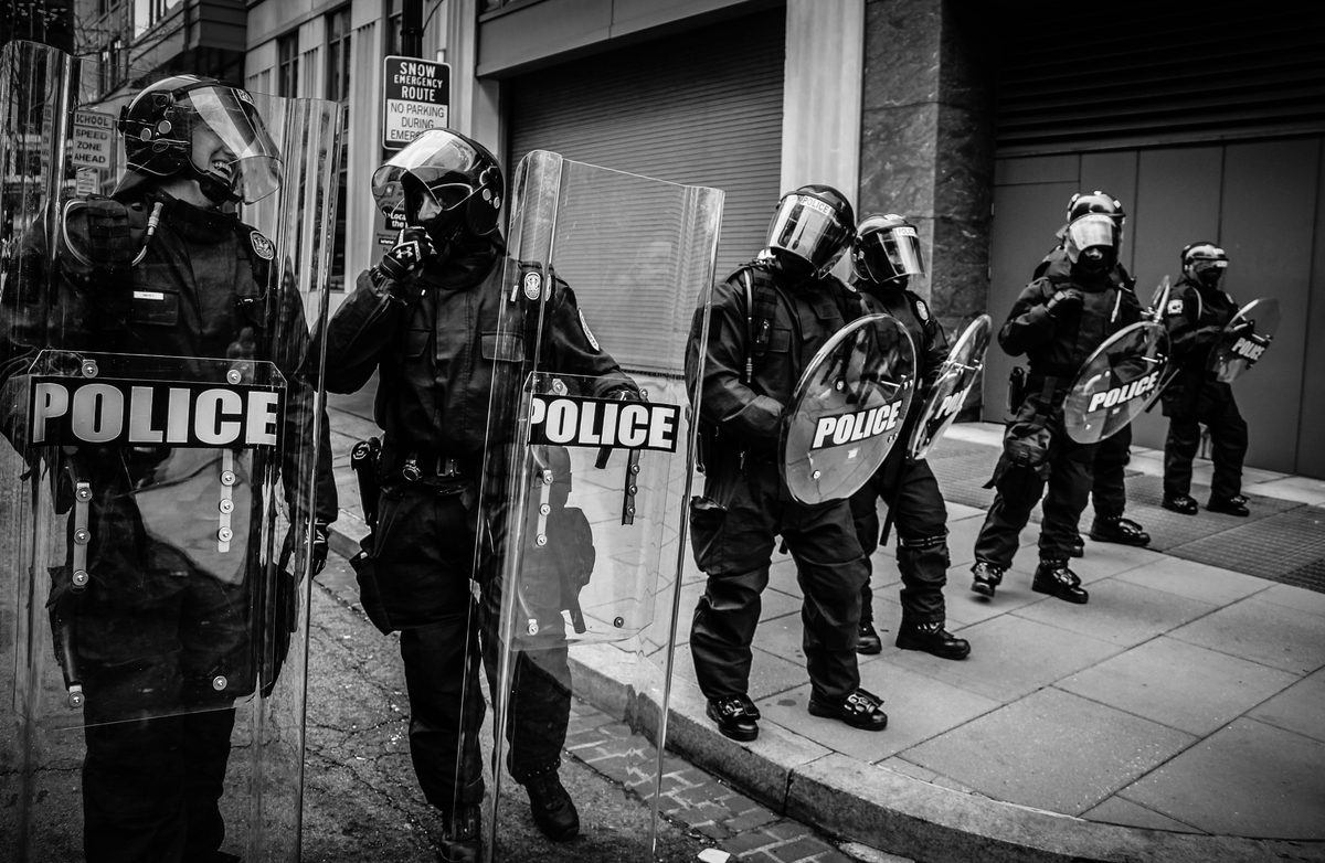 "<img src=""police.jpg"" alt=""警察"">"