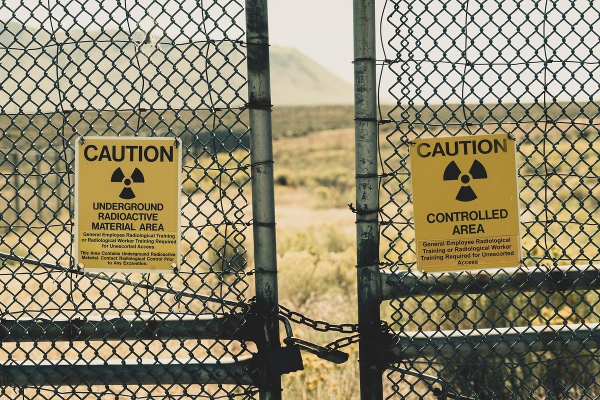 """<img src=""""nukes.jpg"""" alt=""""放射能粉塵除去技術「日本の奇跡」"""">"""