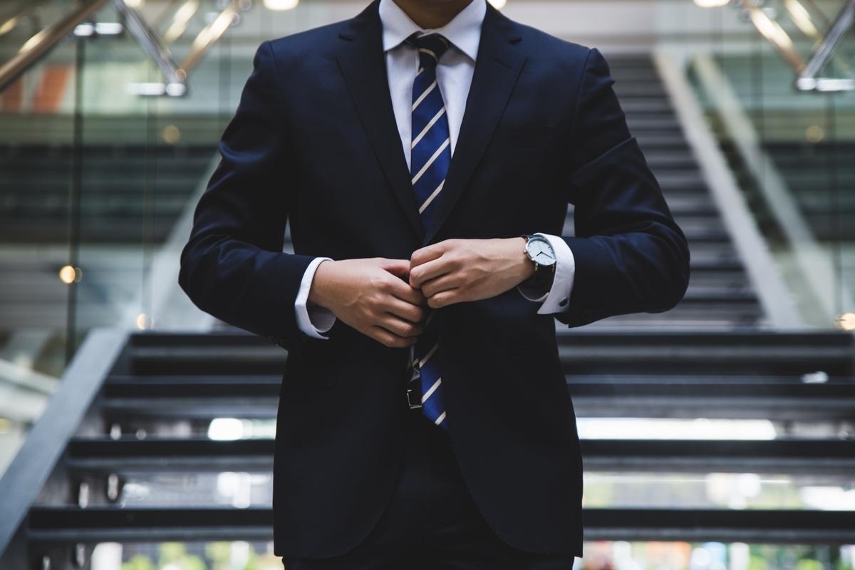 "<img src=""businessman.jpg"" alt=""スーツを着た男"">"