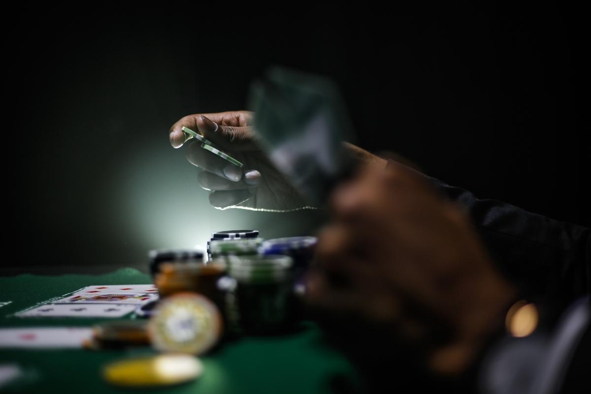 """<img src=""""poker.jpg"""" alt=""""賭けに狂う"""">"""