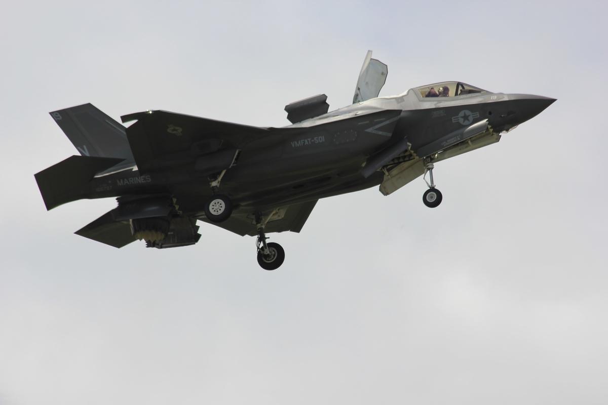 """<img src=""""airforce.jpg"""" alt=""""空を飛ぶ戦闘機"""">"""