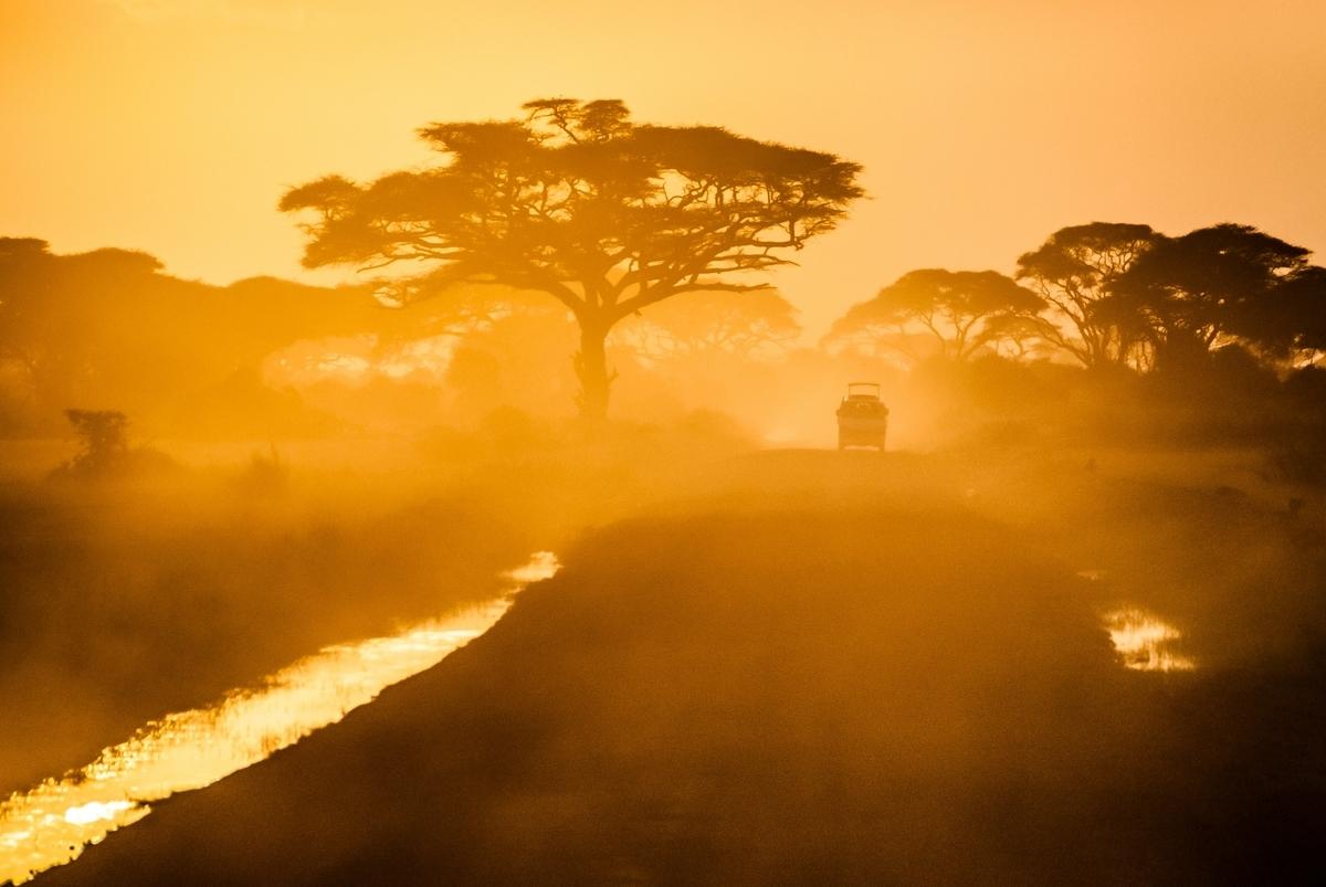 """<img src=""""africa.jpg"""" alt=""""アフリカの夕焼け"""">"""