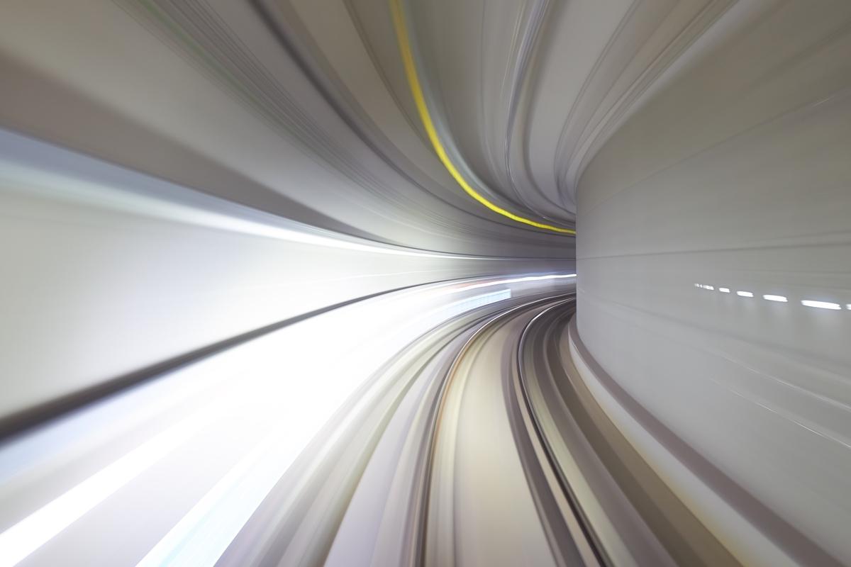 "<img src=""tunnel.jpg"" alt=""未来に続くトンネル"">"