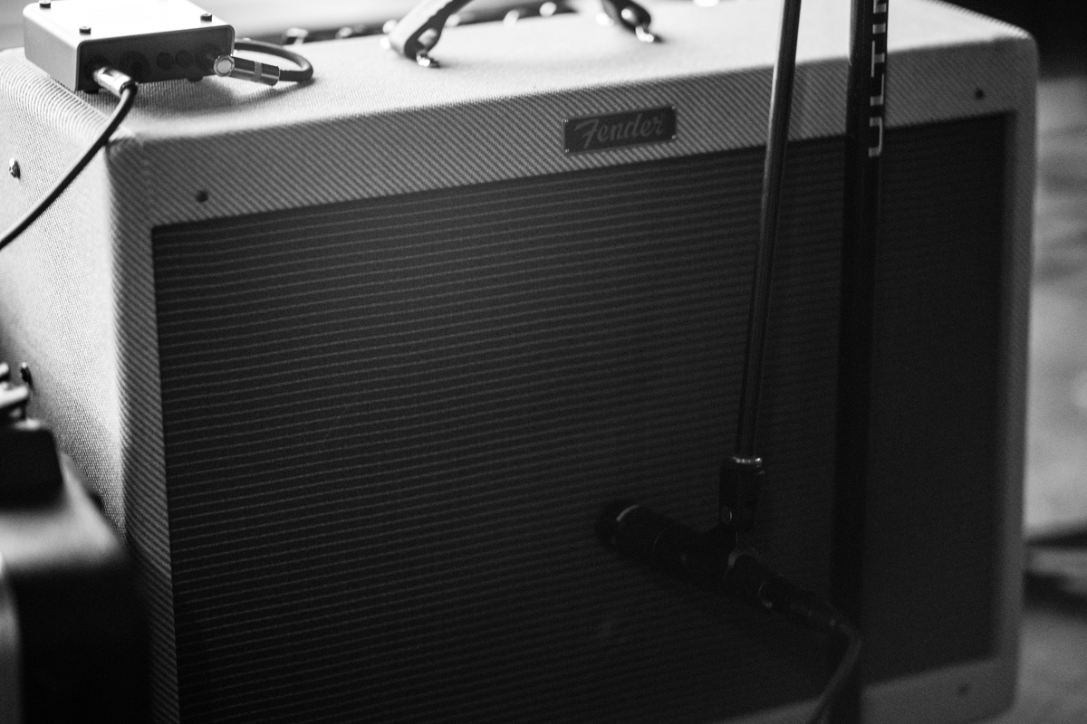 "<img src=""fenderamp.jpg"" alt=""Fenderのアンプは音がきつい"">"