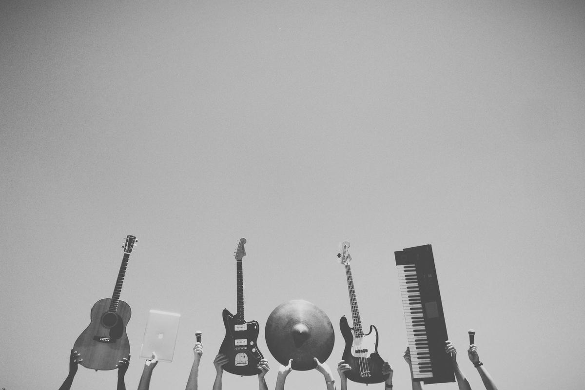"""<img src=""""band.jpg"""" alt=""""ギターのサウンドはオケの中でつくる"""">"""