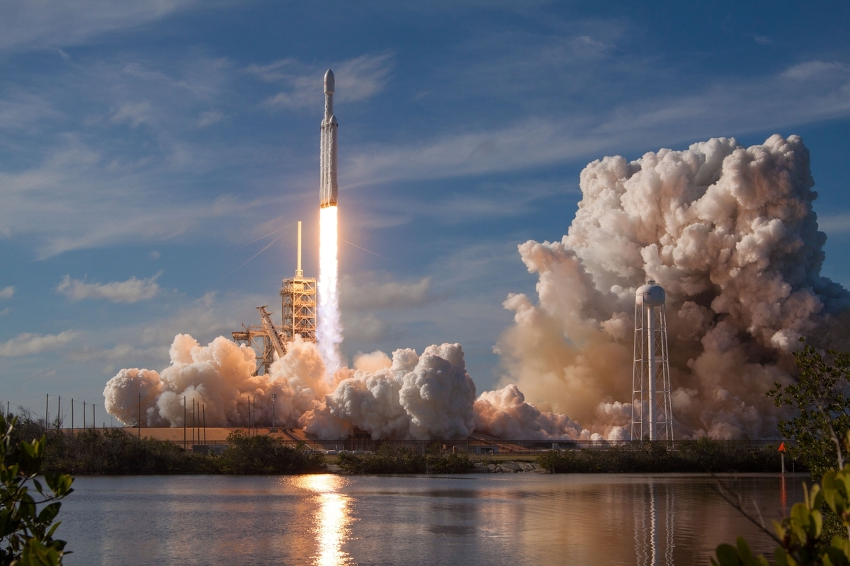 "<img src=""rocket.jpg"" alt=""ロケットを宇宙に飛ばす"">"