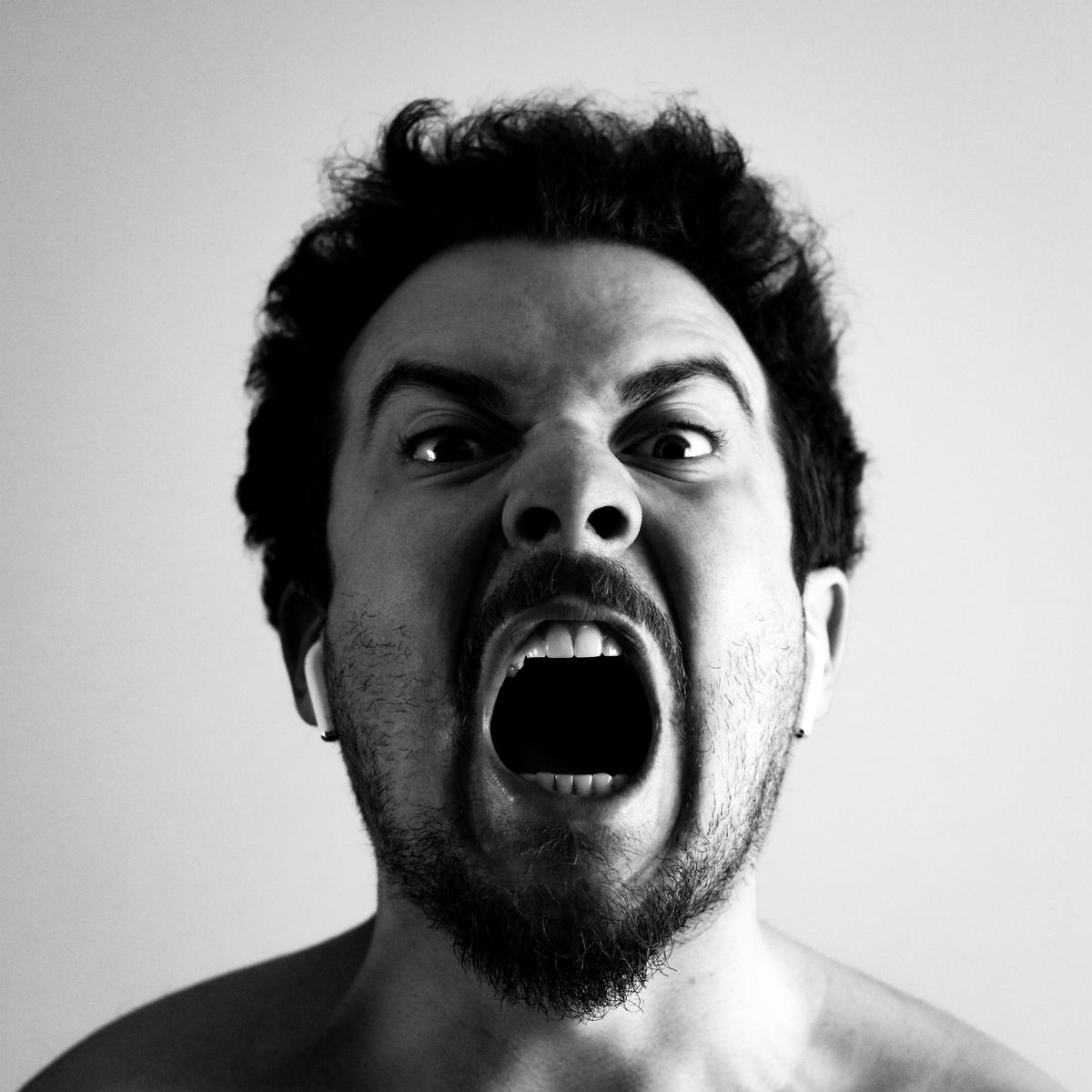 """<img src=""""anger.jpg"""" alt=""""怒られ慣れって何?"""">"""