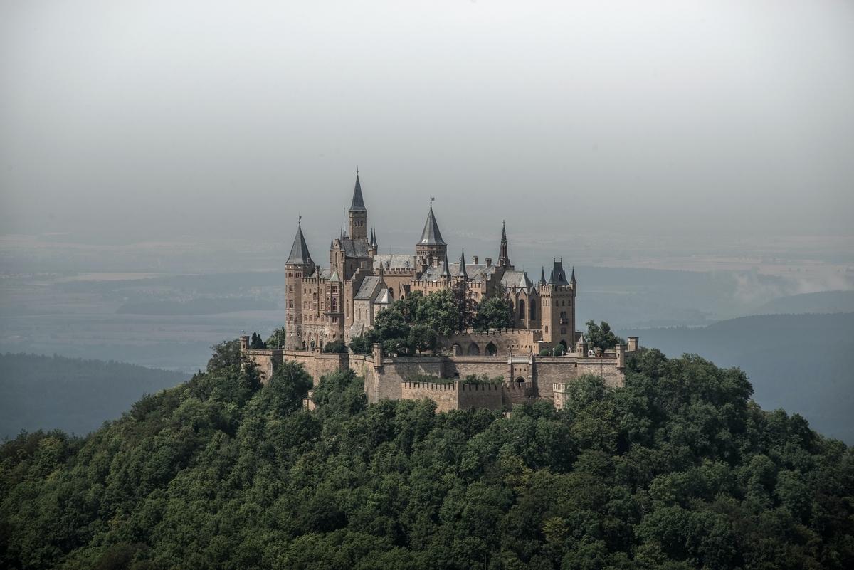 """<img src=""""castle.jpg"""" alt=""""中世の城"""">"""