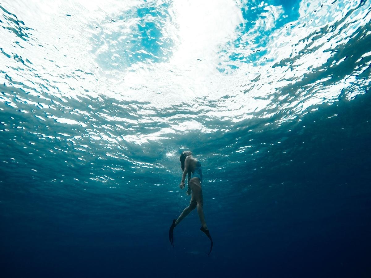 """<img src=""""diving.jpg"""" alt=""""ダイビングをする女性"""">"""