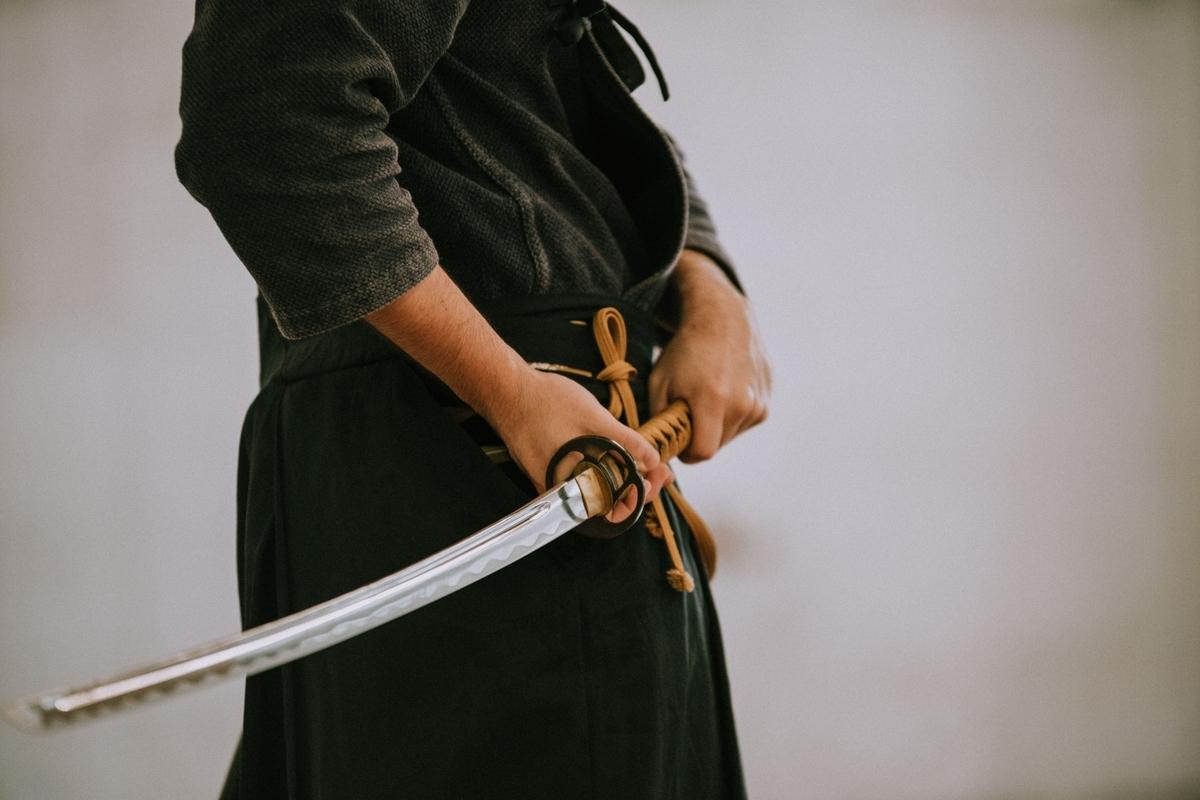 """<img src=""""samurai.jpg"""" alt=""""刀を構えるsamurai"""">"""