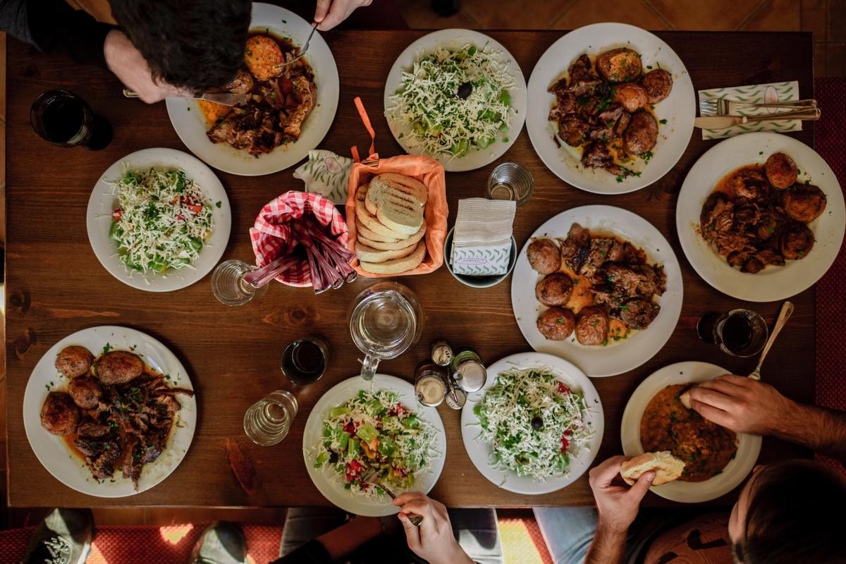 "<img src=""dinner.jpg"" alt=""異世界の食堂"">"