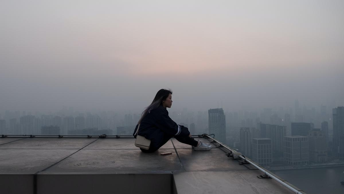 "<img src=""rooftop.jpg"" alt=""屋上でたたずむ"">"