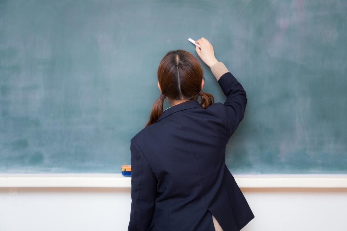 """<img src=""""schoolgirl.jpg"""" alt=""""制服の女の子"""">"""