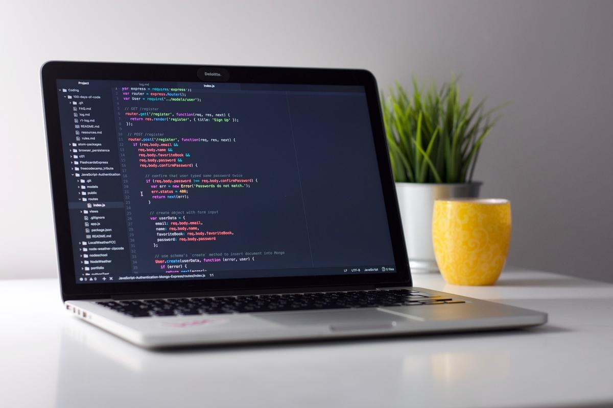 """<img src=""""computer.jpg"""" alt=""""ノートpcでプログラミング"""">"""