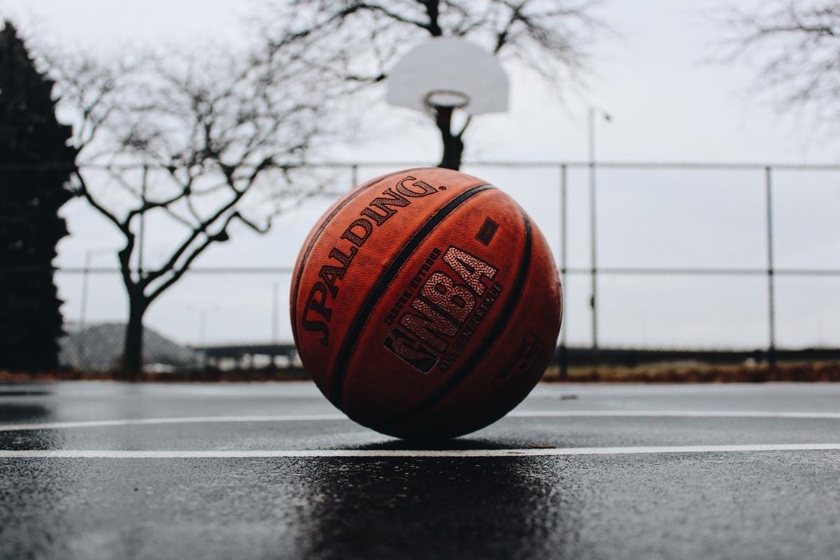 "<img src=""basketball.jpg"" alt=""バスケットボールとコート"">"