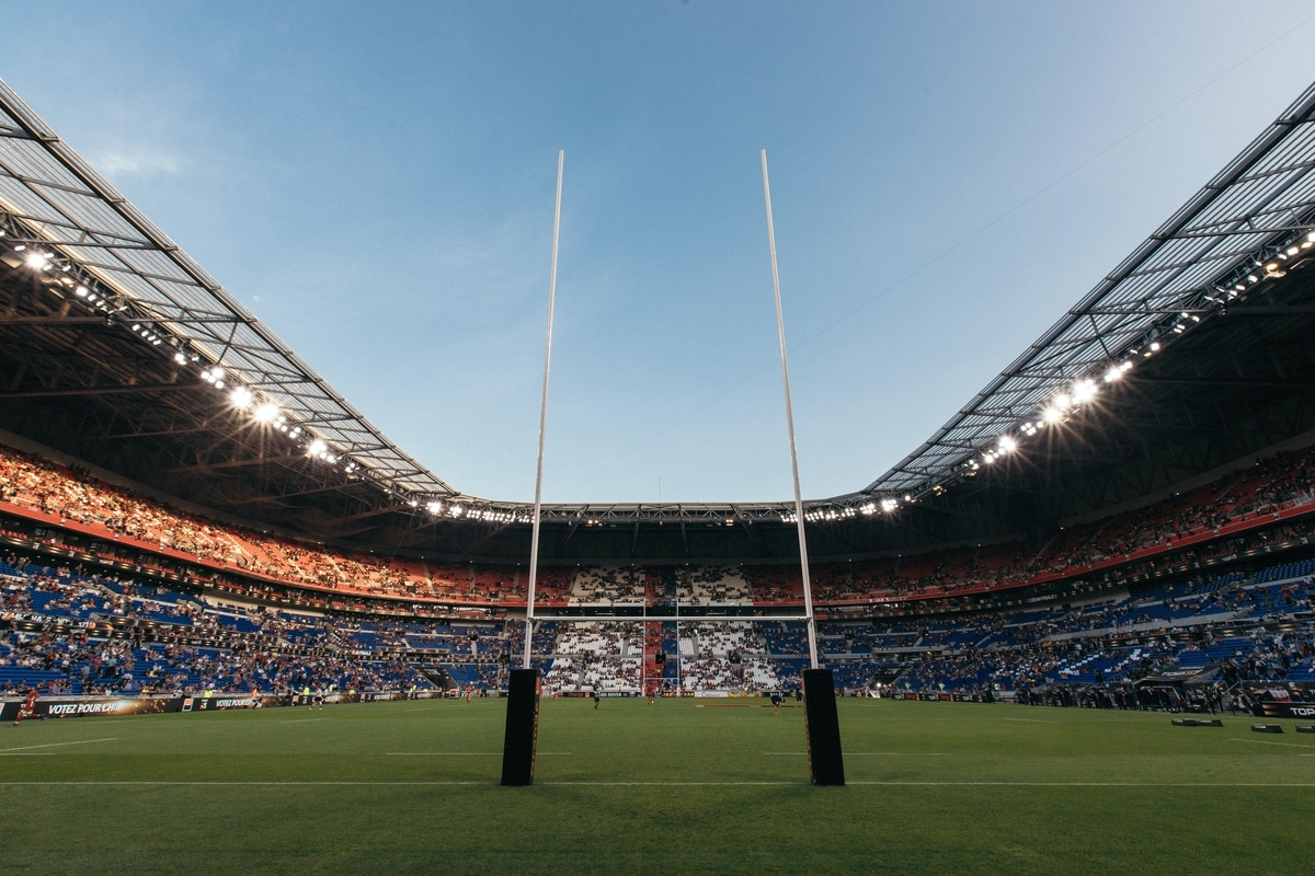 "<img src=""rugby.jpg"" alt=""グラウンドに立つラグビーのゴール"">"