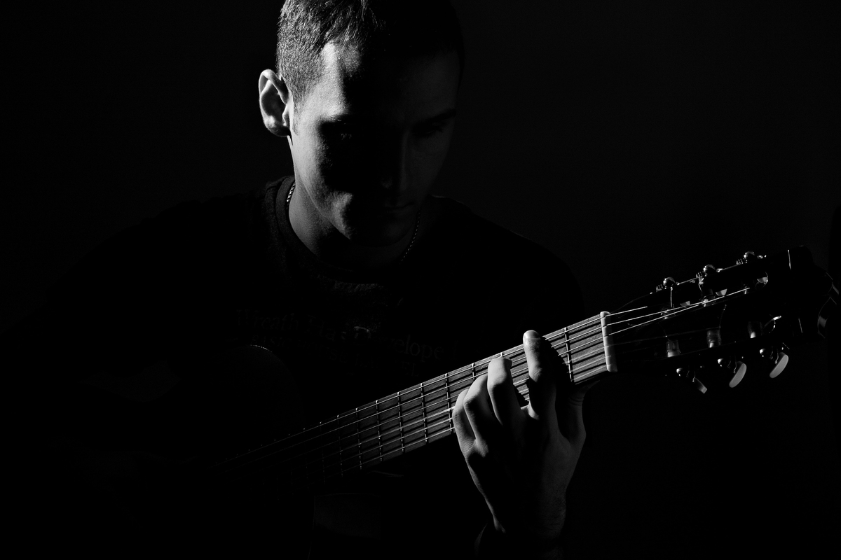 "<img src=""guitar.jpg"" alt=""ギターを弾く白黒の男性"">"