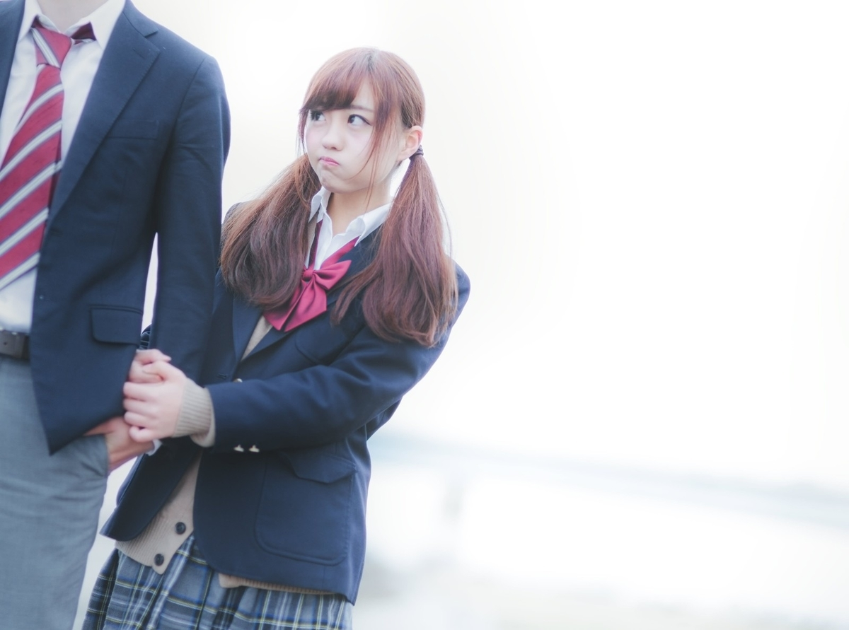 "<img src=""girl.jpg"" alt=""高校生のカップル、すねる女の子"">"