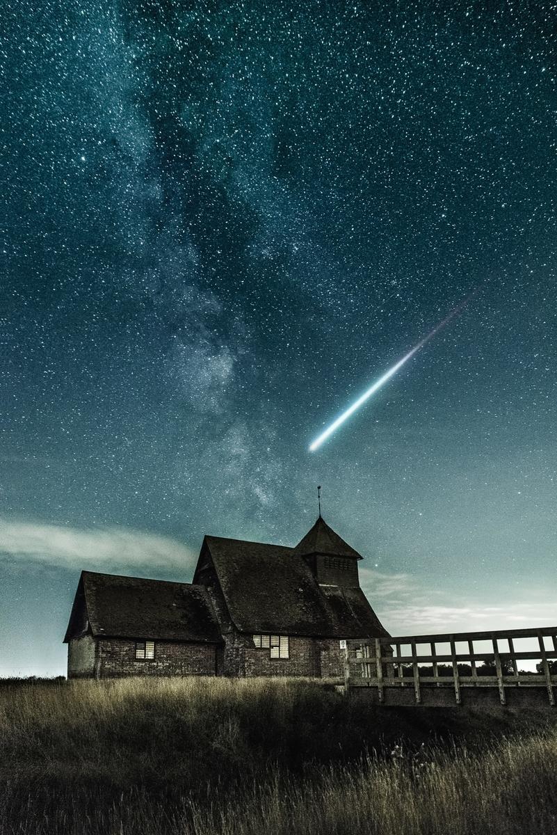 """<img src=""""house.jpg"""" alt=""""一軒家と素晴らしい夜空、流れ星"""">"""