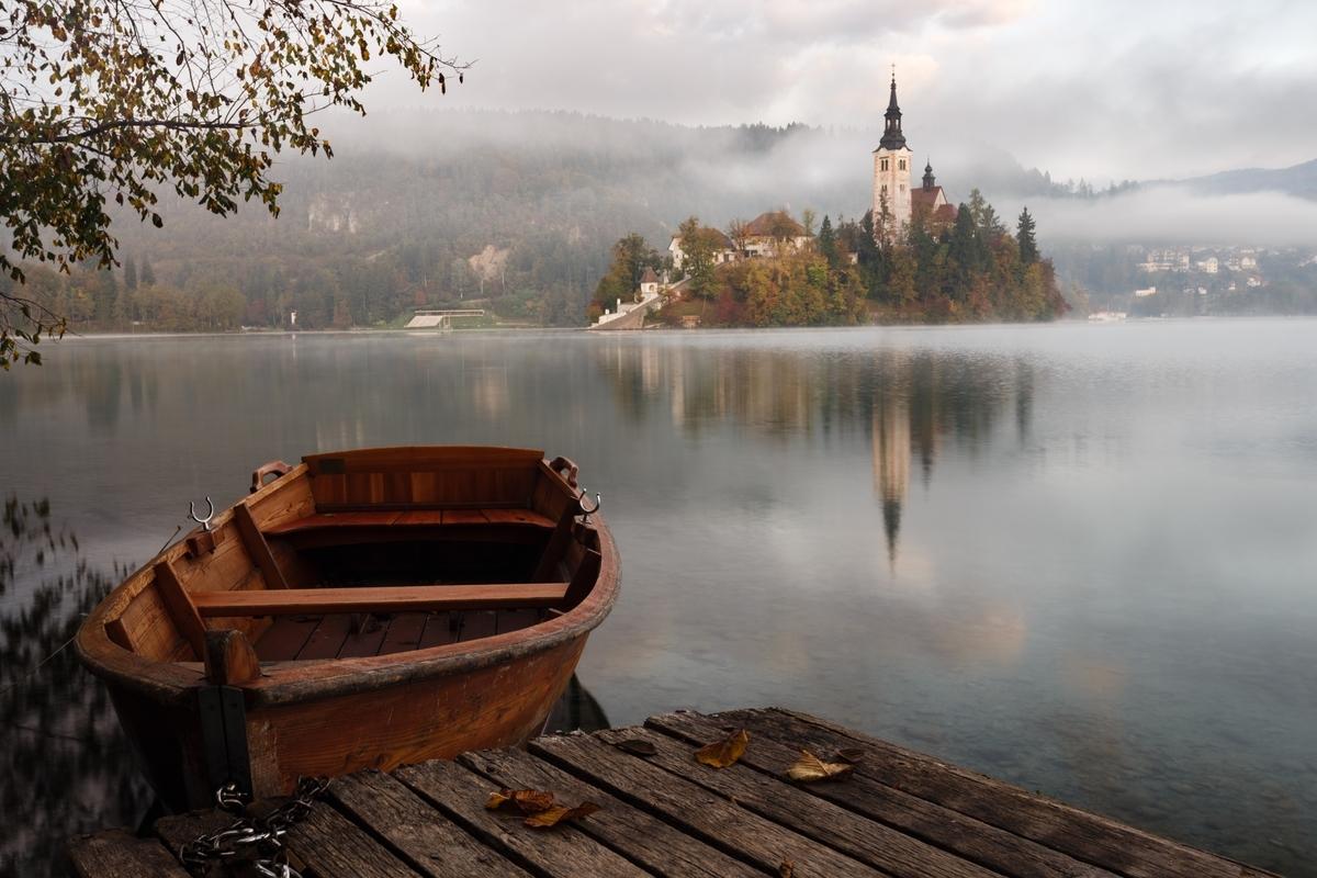 "<img src=""castle.jpg"" alt=""水辺に浮かぶ船とそこから見える城"">"