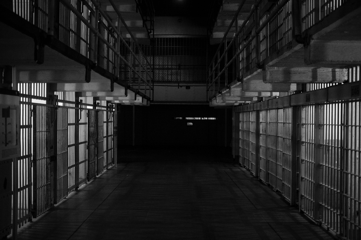 "<img src=""prison.jpg"" alt=""監獄の風景"">"