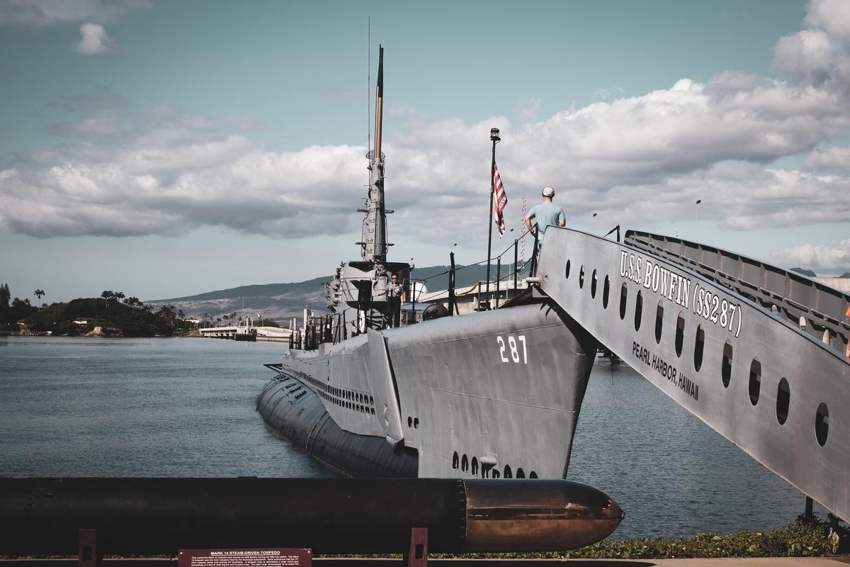 "<img src=""battleship.jpg"" alt=""港に停泊している戦艦"">"