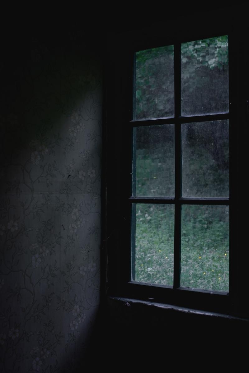 """<img src=""""door.jpg"""" alt=""""怖い雰囲気の窓"""">"""