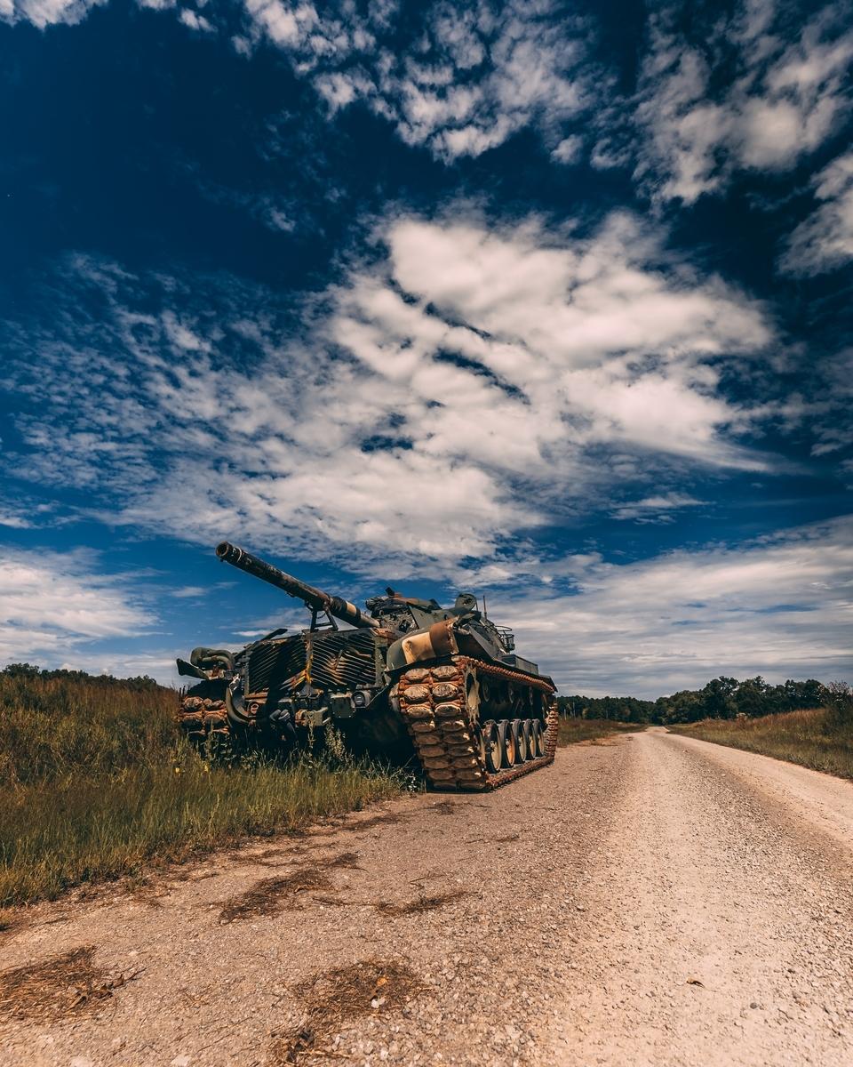 "<img src=""tank.jpg"" alt=""青空の下に停車する戦車"">"