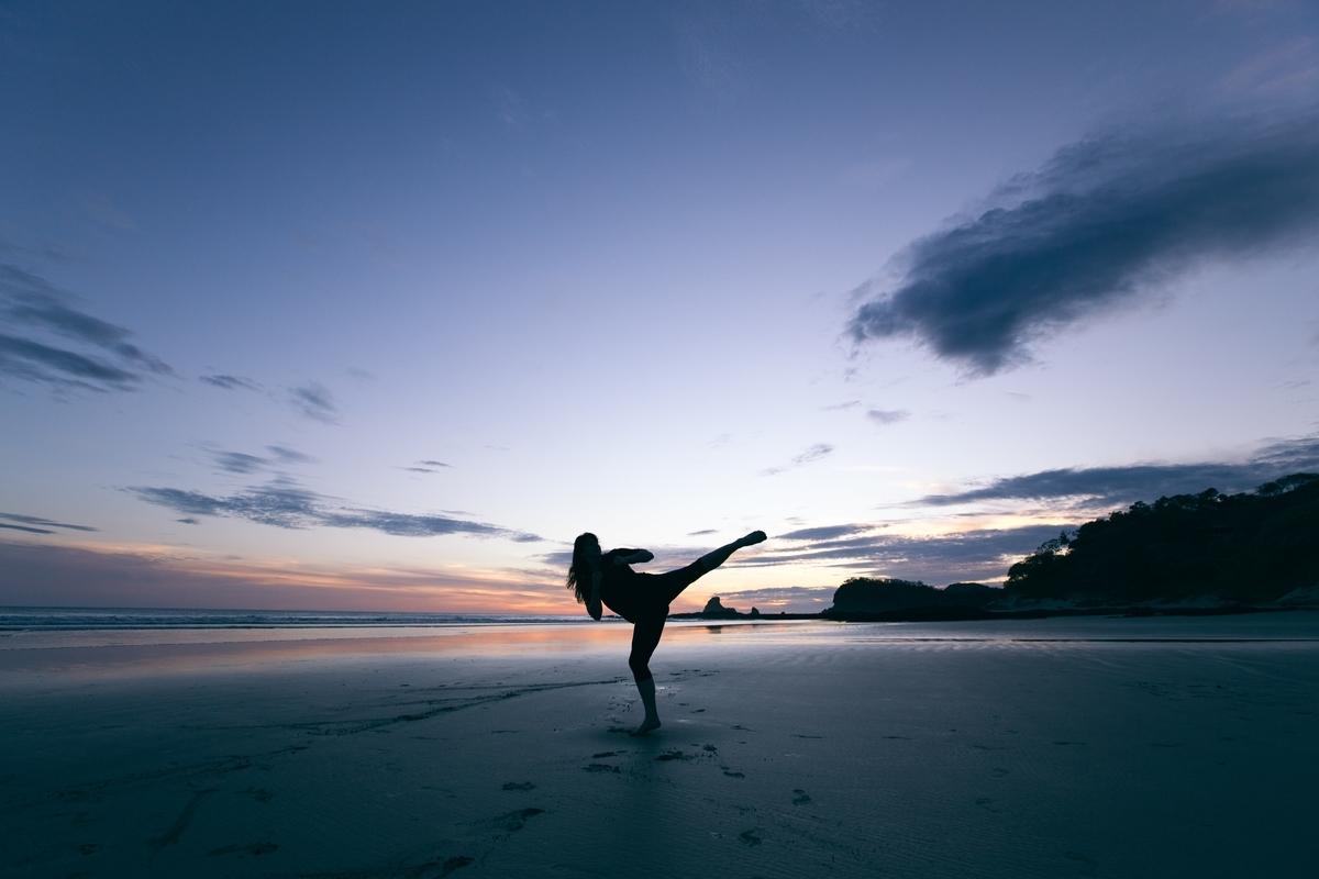 """<img src=""""kick.jpg"""" alt=""""浜辺でハイキックを練習する女性"""">"""