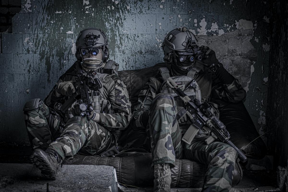 "<img src=""soldier.jpg"" alt=""軍人二人"">"