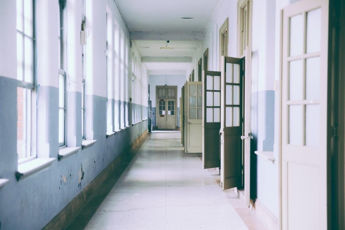 "<img src=""school.jpg"" alt=""学校の廊下"">"