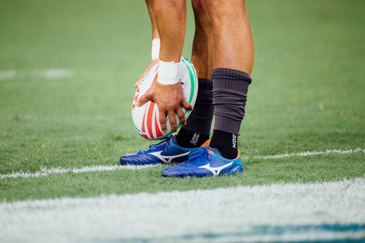 "<img src=""rugby.jpg"" alt=""ラグビーボールをセットする選手"">"