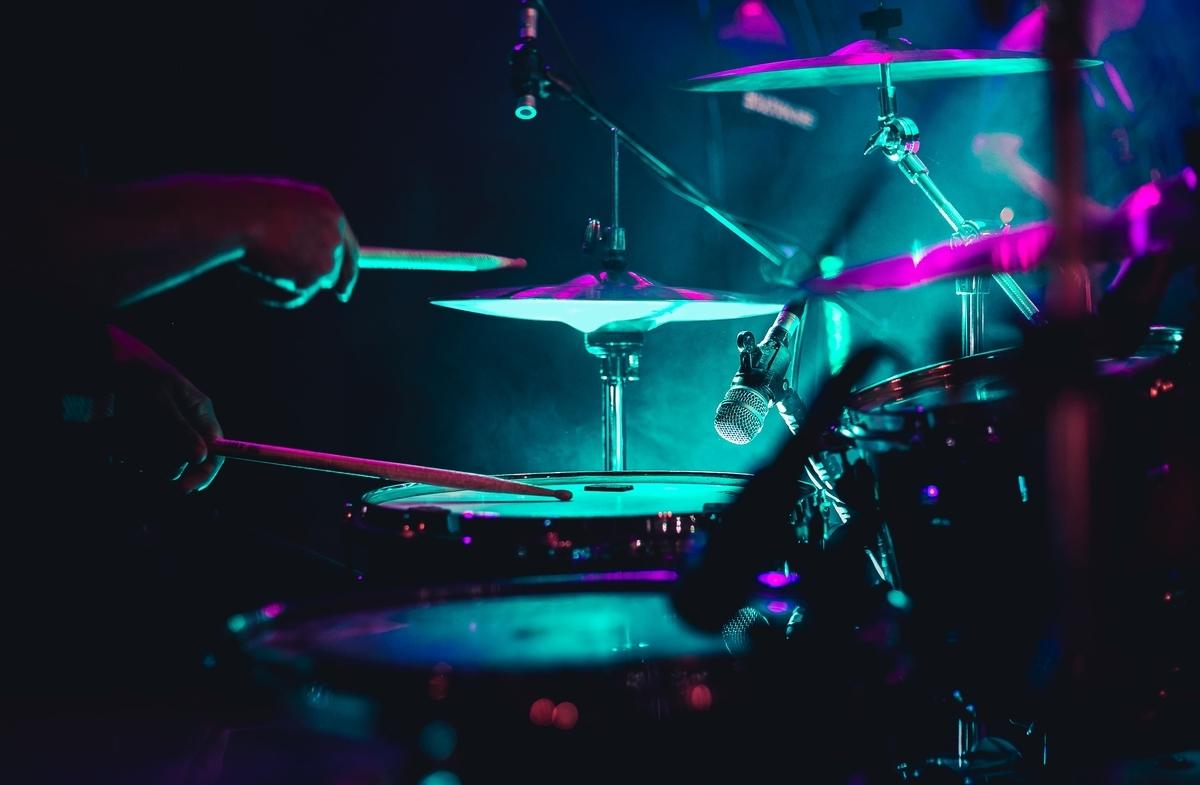 """<img src=""""drum.jpg"""" alt=""""ドラムを叩く"""">"""